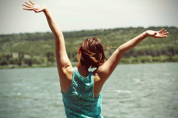 手を挙げている女性_フリー