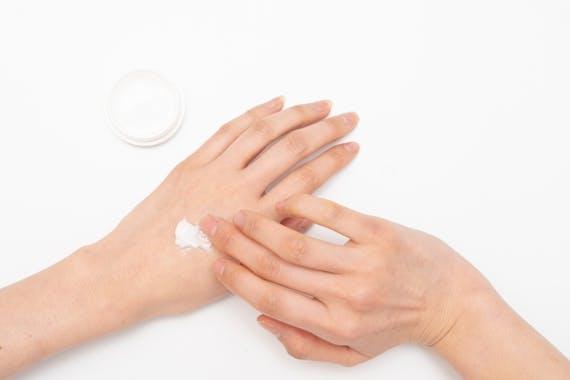 毛穴レスですべすべの指になる指毛処理方法